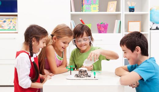 Kinder beim Forschen
