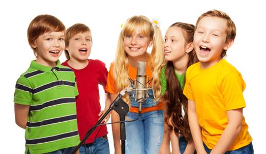 Kinder veranstalten eine Sing-Party