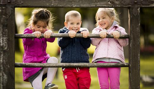Kinder feiern Geburtstag in Frankfurter Park