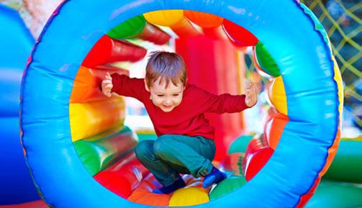 Kind auf einem Indoor-Spielplatz