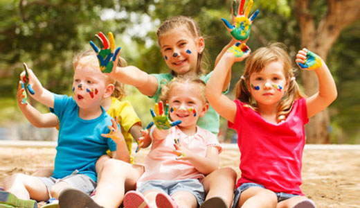 Kinder feiern Geburtstag auf Spielplatz in München