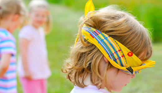 Kinder spielen Verstecken auf dem Geburtstag