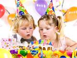 Kinder feiern den Kindergeburtstag
