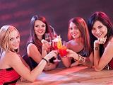 Junggesellinnenabschied in einer Bar