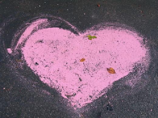 Herz aus Malkreide auf Straße