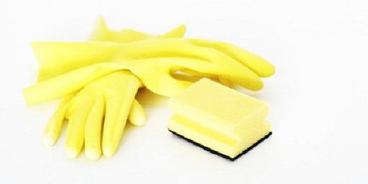 Gelber Putzschwamm und Handschuhe