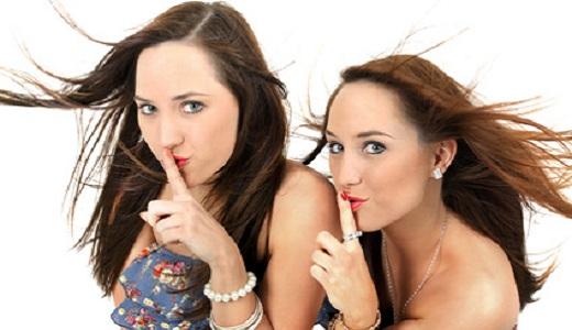 Zwei Frauen bem heimlichen Planen