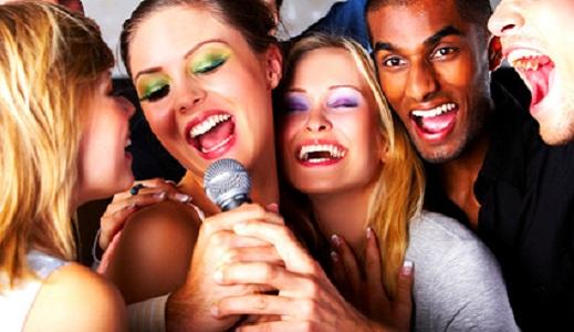 Junggesellinnenabschied in einer Karaokebar