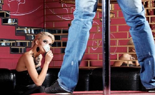 Frau in einer Stripbar