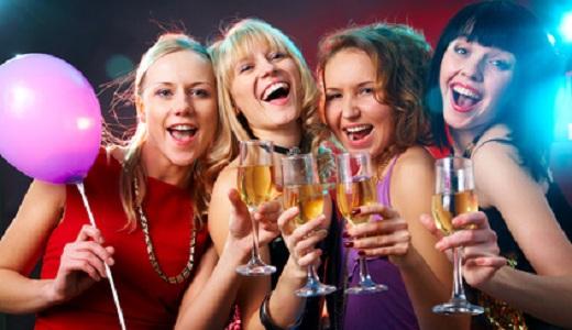 Junggesellinnen beim Feiern im Club