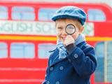 Kind feiert Geburtstag in Detektiv-Kostüm