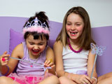 Als Prinzessinnen verkleidete Mädchen feiern den Kindergeburtstag