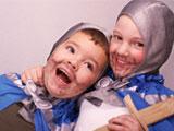 Verkleidete Kinder auf einer Ritterparty